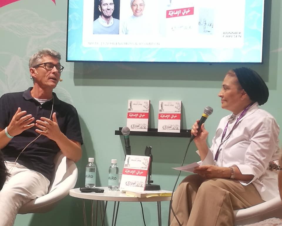 Johan Unenge i diskussion med förläggaren Flora Majdalawi Saadi