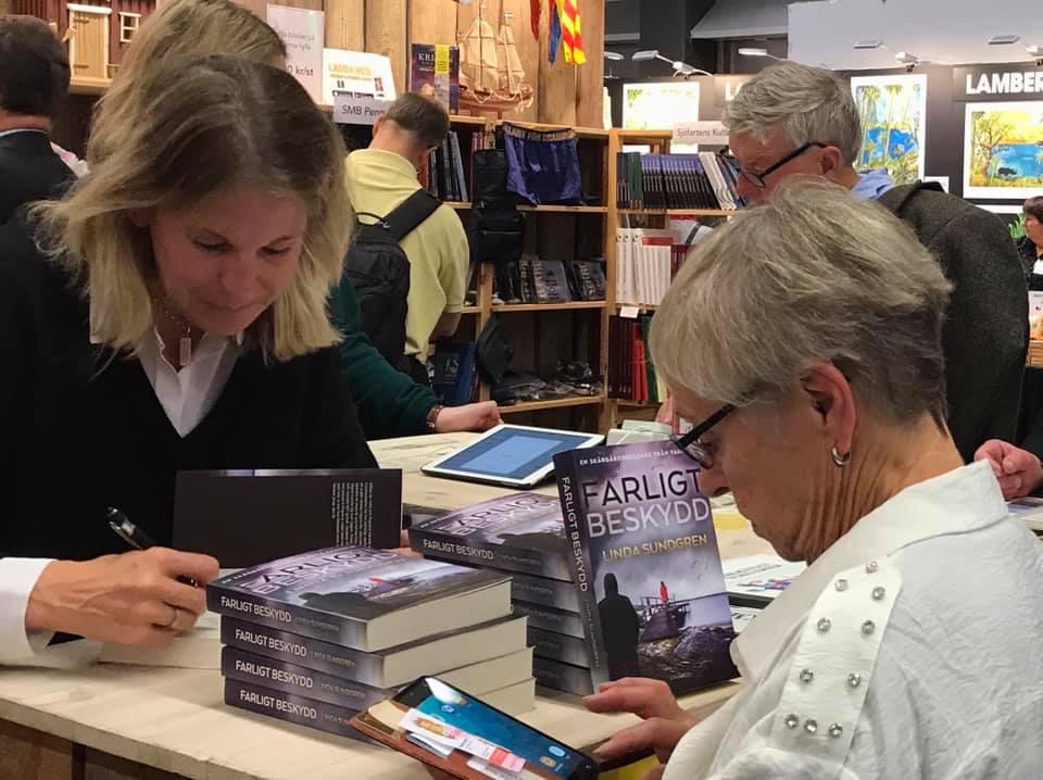 Linda Sundgren signerar sin tredje kriminalroman Farligt Beskydd i Sjöfartsmontern