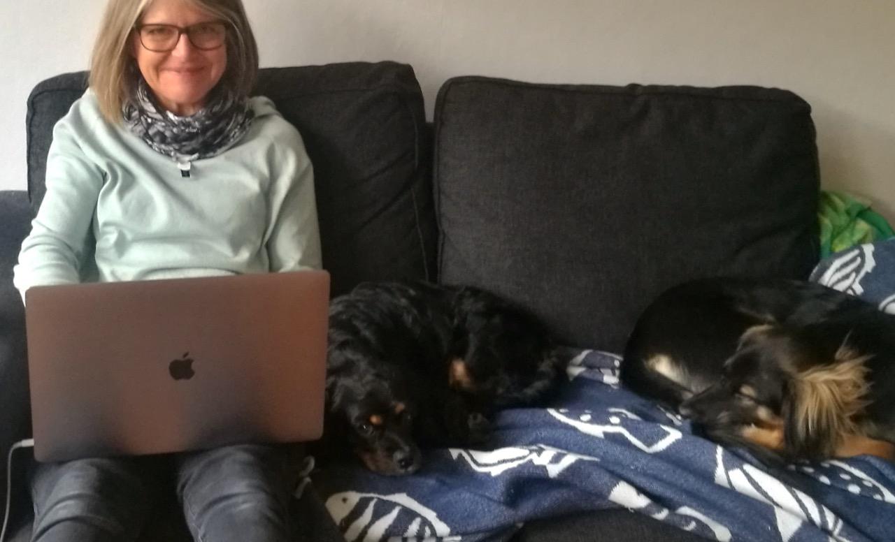 Imse Författarhjälp med medhjälpare i soffan