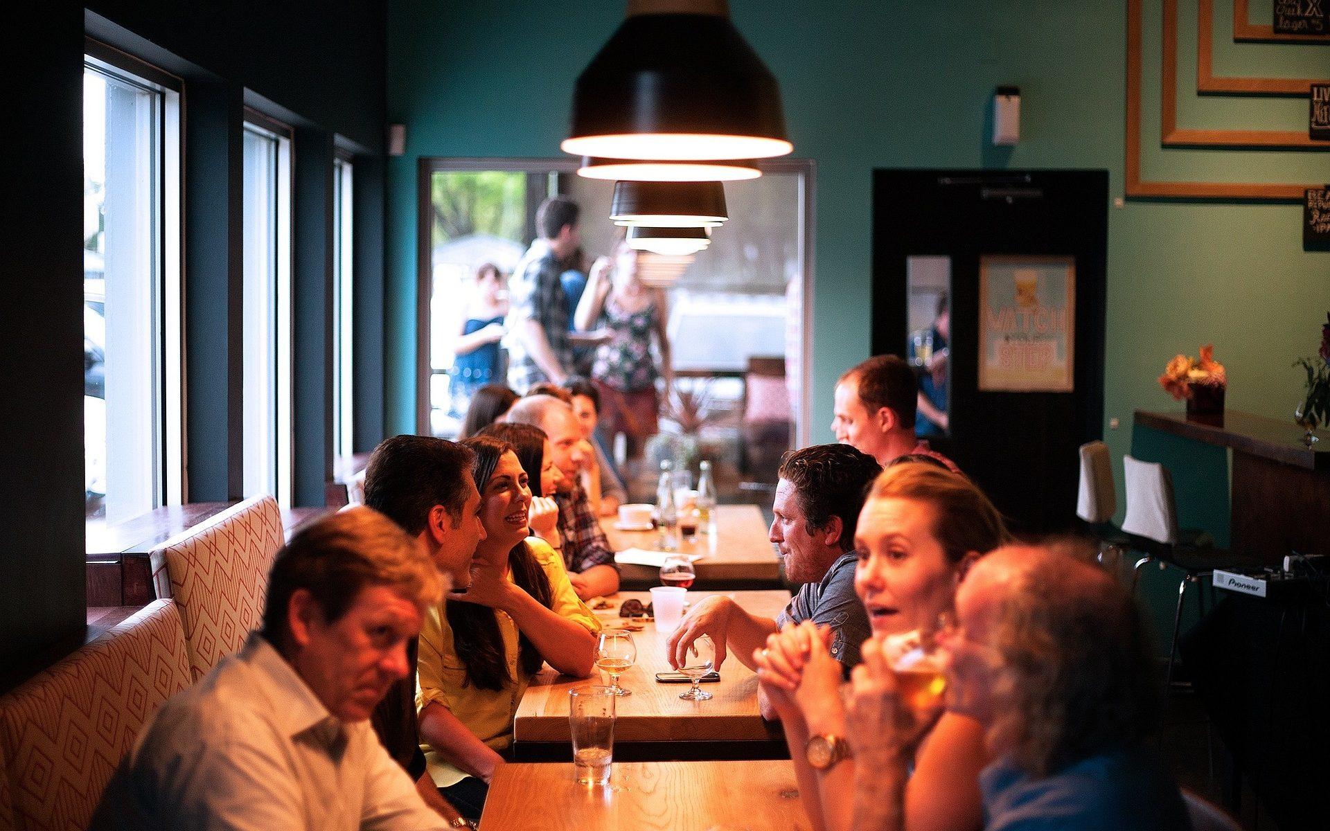 Tack till Pixabay för den fina bilden av människor i ett café
